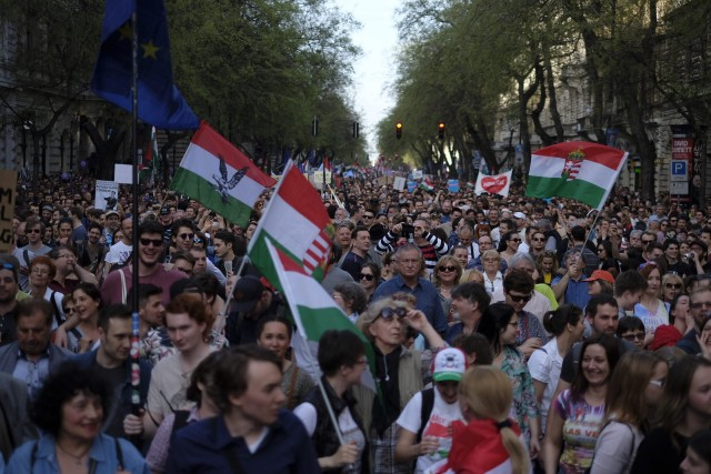 Uniós és Árpád-sávos zászlók alatt vonulnak Orbán ellen 4