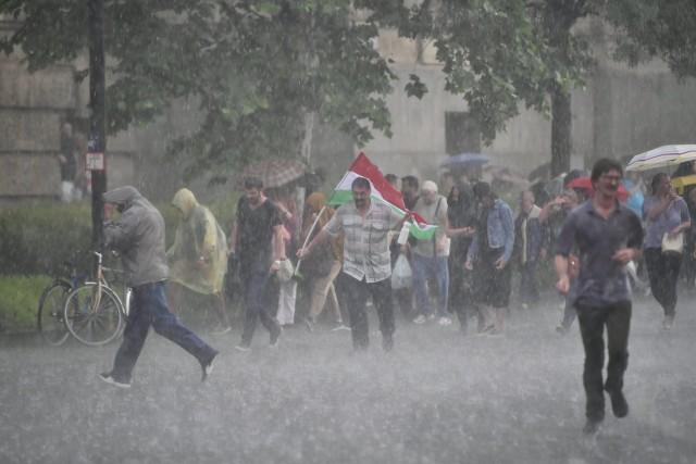 Jégeső vetett véget az újabb kormányellenes tüntetésnek 1