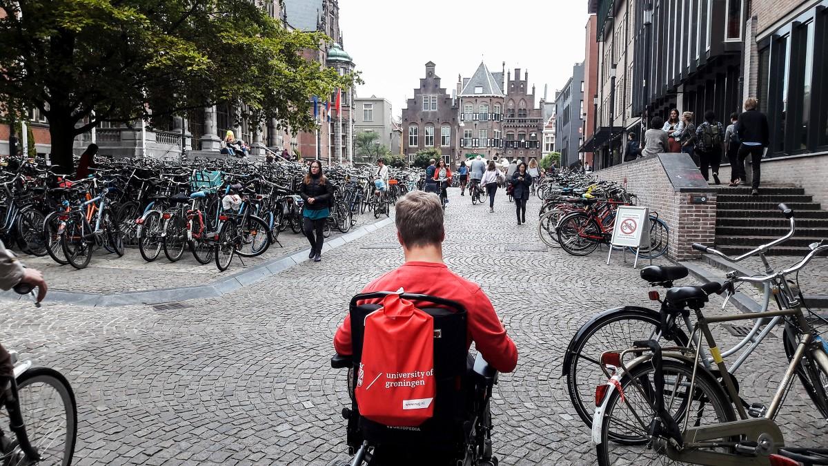 Itthon ufónak érezte magát, Hollandiáig menekült a kerekesszékes egyetemista (nem végleges)