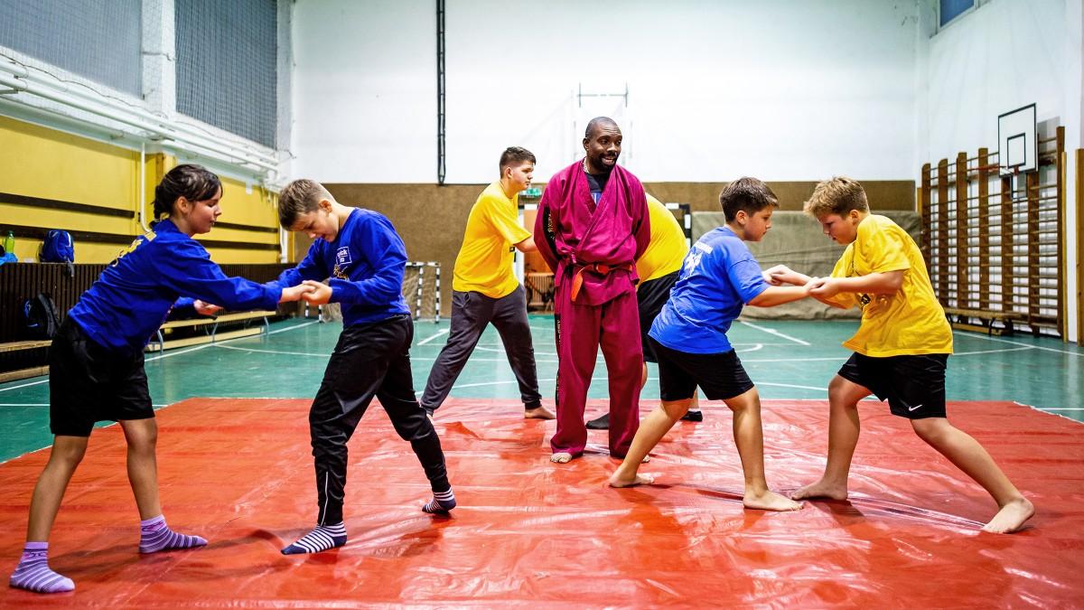 Kongói kick-box mester békíti a romákat és a nem-romákat Tiszavasváriban 2