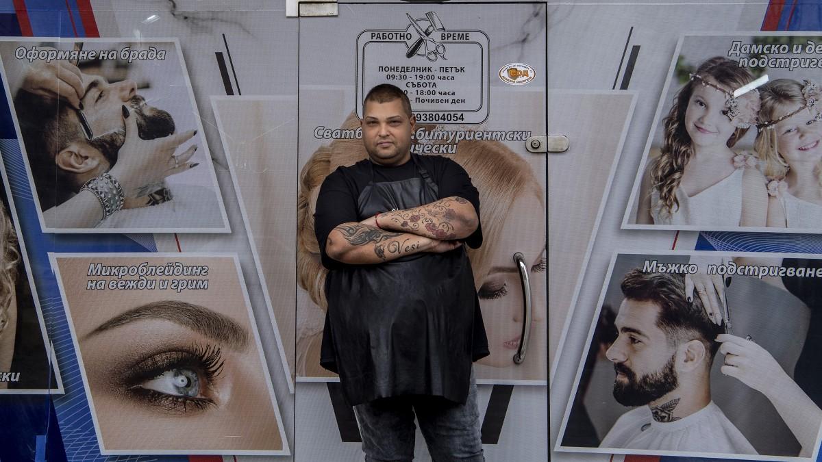 Bátran bízzák a frizurájukat roma fodrászokra a lomi bolgárok