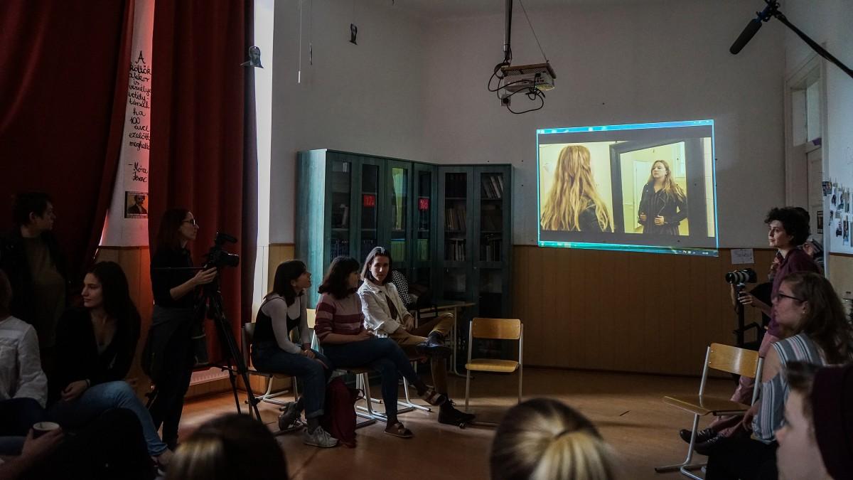 Kisfilmekkel veszik fel a harcot az iskolai buzizással szemben