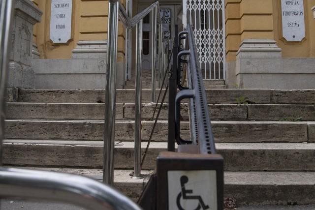 Évtizedek óta lépcsőzteti a mozgássérülteket a Széchenyi Fürdő kórháza/Kizárja a kerekesszékeseket a Széchenyi Fürdő kórháza