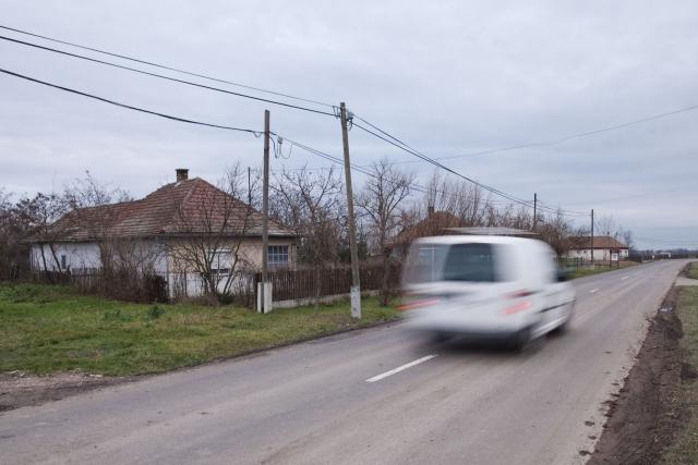 Egy autó halad el egy kelet-magyarországi valu végén | Fotó: Magócsi Márton