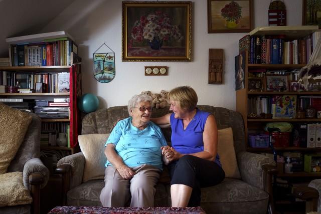 Az önkéntesek beszélgetéssel űzik el az idősek magányát